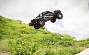 Traxxas Slash 4×4 Dirt Jumping [VIDEO]